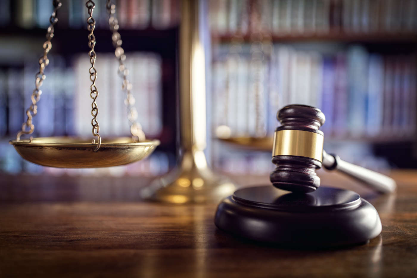 Judge,Gavel,,Scales,Of,Justice,And,Law,Books,In,Court